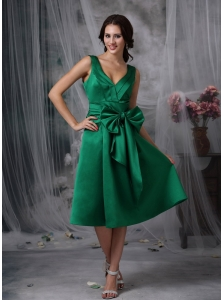 Elegant Dark Green Knee-length Bridesmaid Dress A-line V-neck Satin Bow Tea-length