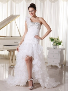 High Slit Organza Ruffled Court Train Fashionable Wedding Dress With Hand Made Flower Decorate One Shoulder and Beaded Bust