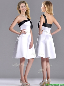 Exquisite One Shoulder Satin Short Dama Dresses for Quinceanera in White and Black