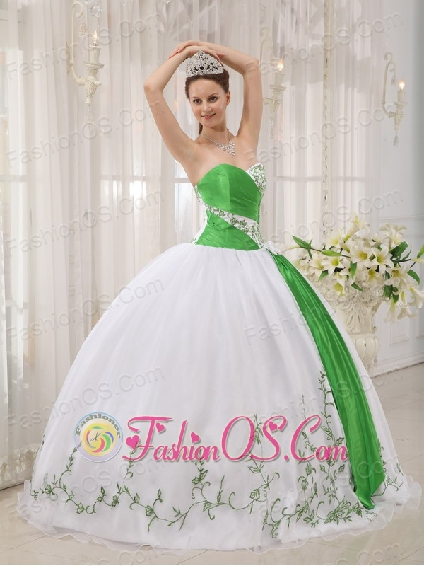 The Super Hot White Quinceanera Dress Sweetheart Organza Embroidery Ball Gown