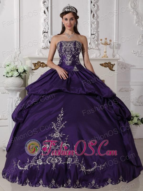 Elegant Purple Quinceanera Dress Strapless Taffeta Embroidery Ball Gown