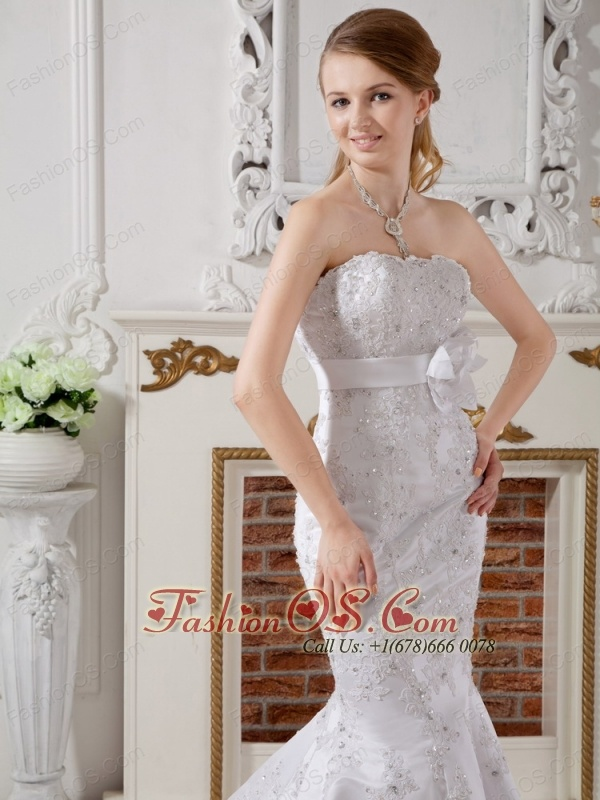 Luxurious Mermaid Strapless Lace Wedding Dress Court Train Sash