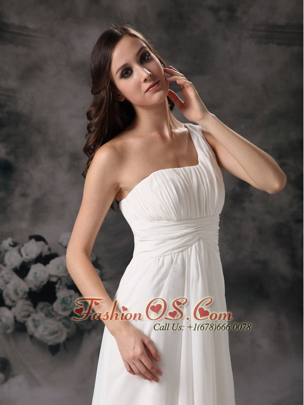 White Column / Sheath Low Cost Wedding Dress One Shoulder  Chiffon Ruch Floor-length