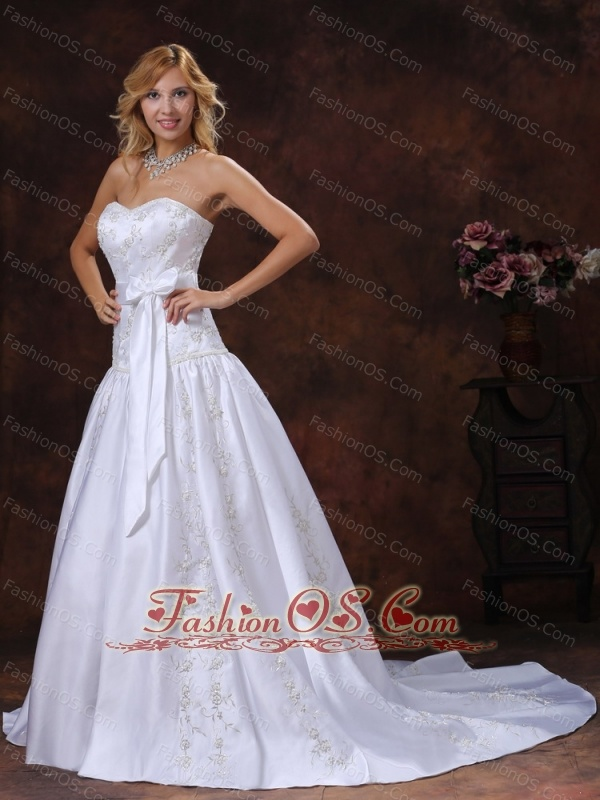 2013 Gorgeous Bowknot and Embroidery Wedding Dress With Chapel Train For Custom Made