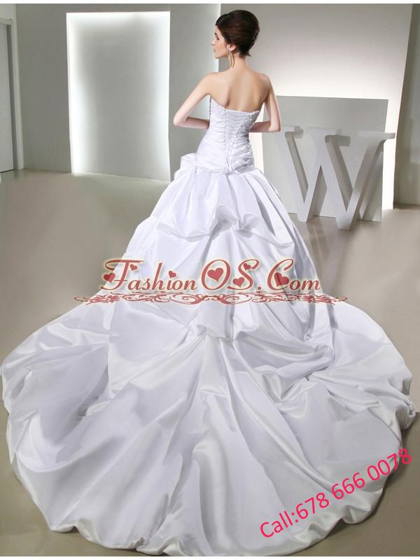 Luxurious Ball Gown Strapless Wedding Dress with Appliques and Ruching